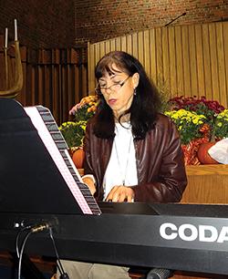 Judy Mishkin played the keyboard.