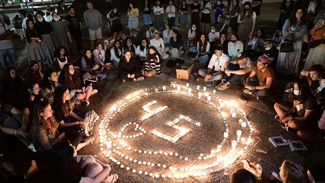 In Tel Aviv, Israelis light candles for the 45 victims killed on Mount Meron during Lag B'Omer. / Photo: Flash90 /Tomer Neuberg
