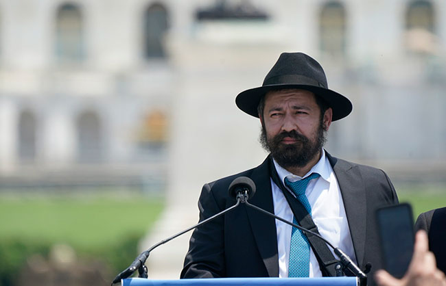 Noginski speaking at a rally against antisemitism in Washington, D.C., on Sunday. / Photo: Chris Kleponis